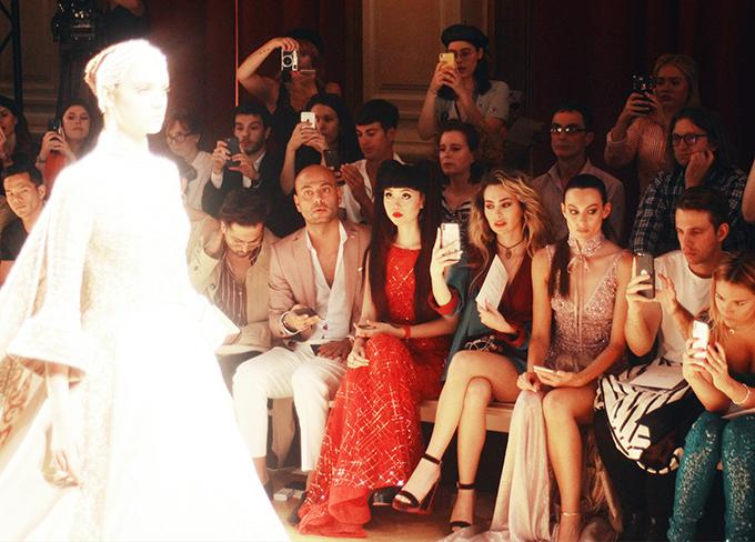 Tony Ward là một trong những nhà tạo mốt thân thiết với Jessica Minh Anh, bởi vậy cô không thể vắng mặt trong show của thương hiệu danh tiếng này.