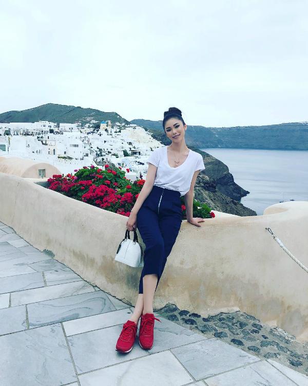 Hoa hậu Hoàn vũ 2007 Riyo Mori vừa có chuyến du lịch tới đảo Santorini. Phong cảnh nơi đây đẹp như trong cổ tích khiến cô bị ấn tượng mạnh.