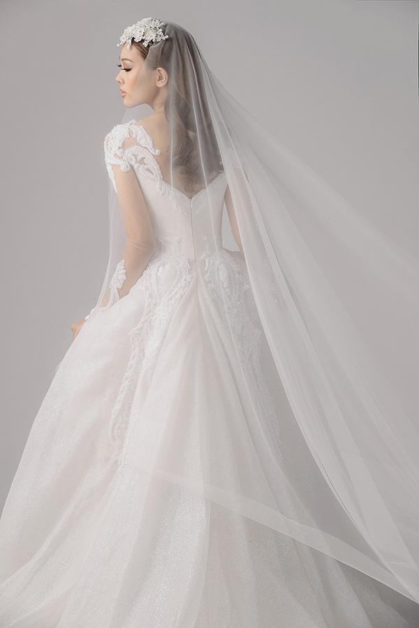 Hoa văn trang trí từ những viên pha lê tinh xảo, lấp lánh sẽ được kết hợp cùng chất liệu lông vũ nhằm tạo nên sự uyển chuyển cho từng mẫu váy.