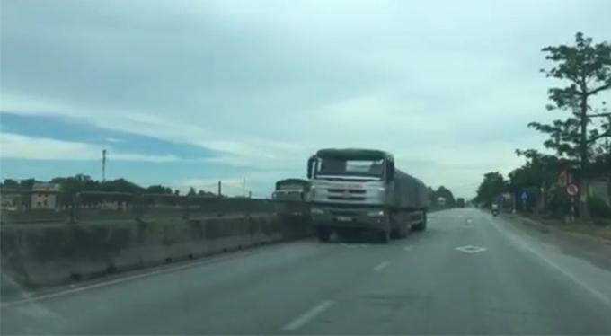 Chiếc xe tải chạy băng băng trên làn ngược chiều.