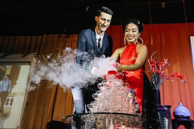 Uyên ươngcùng rót tháp rượu. Đám cưới được diễn ra theo đúng nghi thức truyền thống Việt Nam trước sự chứng kiến của 400 vị khách. Trong ngày trọng đại, cô dâu không mặc váy cưới mà mặc áo dài cách tân màu đỏ củaTiny Inktheo xu hướng thời trang kết hợp hội họa.