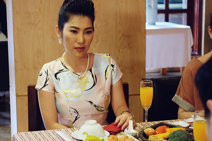 Bà Doãn, mẹ chồng tương lai của Mai Hoa, do Kim Phượng đóng. Bà bắt Mai Hoa về làm dâu thử để cô làm quen nề nếp gia phong trước khi được chấp nhận là con dâu thật sự. Từ ngày về nhà Đăng, Mai Hoa phải nếm trải cuộc sống bị mẹ chồng kiểm soát.