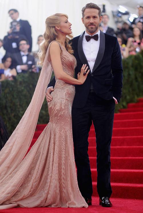 Vest đen sẽ khiến bạn gọn gàng và thanh thoát hơn. Ngôi sao Hollywood đã phá cách một chút với chiếc nơ màu nâu sậm, khiến anh trông tươi mới và trẻ trung hơn so với tuổi thật.