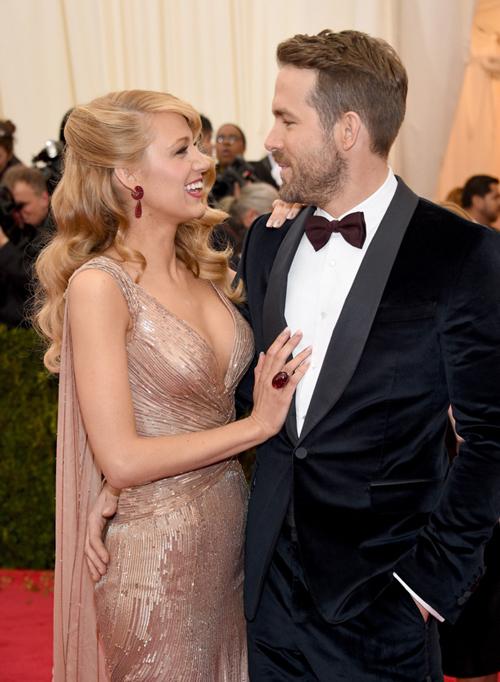 Vest đen chưa bao giờ lỗi thời trong hôn lễ hiện đại bởi sự dễ mặc, dễ phối hợp với váy cưới trắng tinh khôi của cô dâu. Hơn thế nữa, chú rể có thể tái sử dụng bộ vest vào nhiều dịp khác nhau.