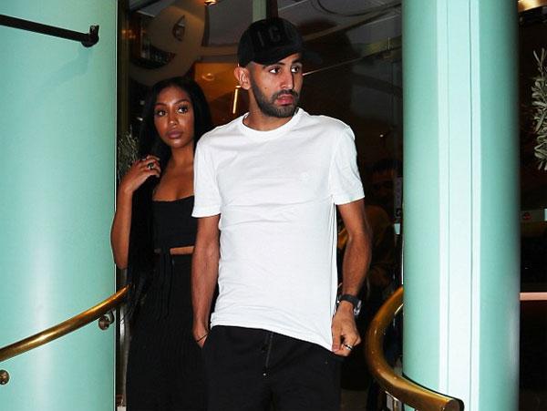 Riyad Mahrez và bà xãRita rời nhà hàngSan Carlo ởManchester tối 10/7 sau bữa tối ăn mừng hợp đồng khủng ký với đại gia Man City.