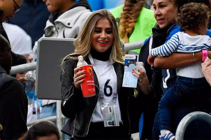 Maria Salaues có mặt ở sân St Petersburg xem trận bán kết đầu tiên World Cup 2018 giữa Pháp và Bỉ. Cô tiếp tục đeo nhẫn đính hôn của Pogba từng khoe trong trận đấu ở vòng bảng gặp Đan Mạch.