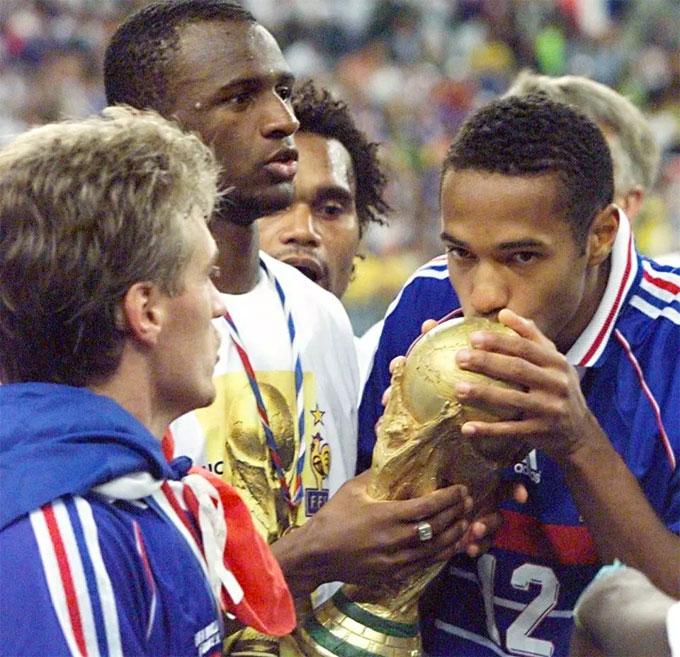 Henry có 13 năm khoác áo trung phong của đội tuyển Pháp, từ năm 1997-2010 và là một trong những biểu tượng vàng của bóng đá Pháp. Anh có mặt trong đội hình đội tuyển Pháp vô địch World Cup 20 năm trước. Khi đó, Deschamps là đội trưởng.