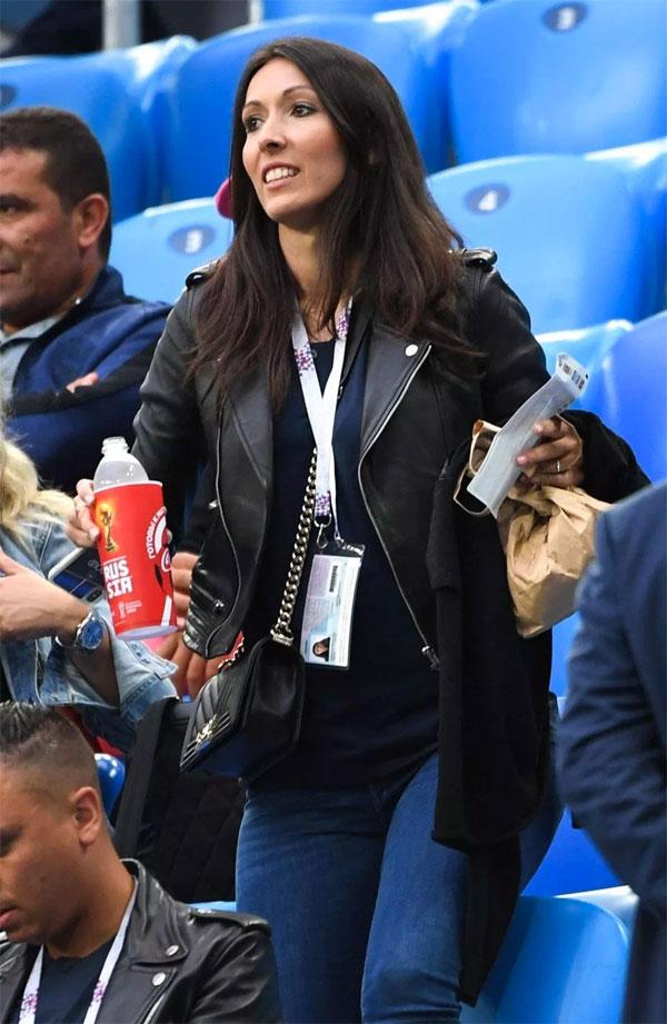 Bà xã Jennifer của Giroud cũng tới sân cổ vũ đội bóng áo lam. Trước đó, chân dài bận công việc không thể tới Nga và chỉ có mặt ở St Petersburg ở vòng bán kết.