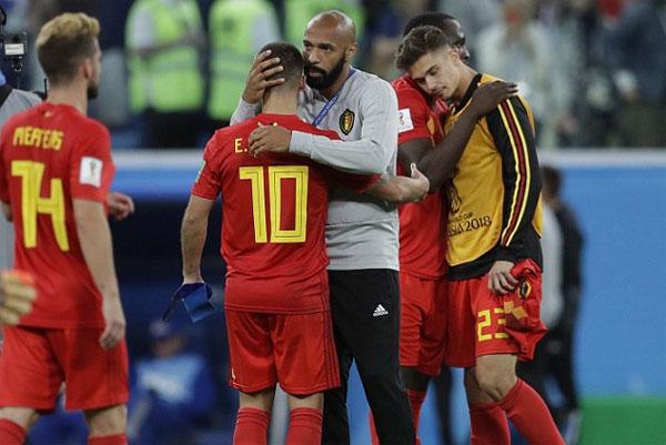 Bên kia chiến tuyến, Henry động viên các học trò. Anh là trợ lý HLV của đội tuyển Bỉ tại giải năm nay.