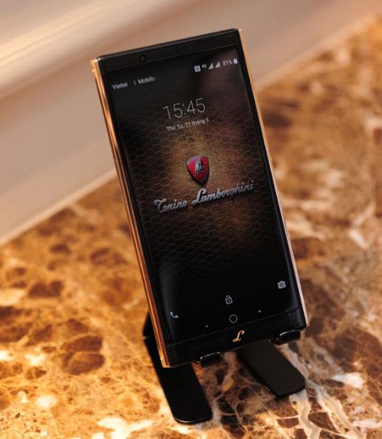 Máy trang bị màn hình màu WQHD kích thước 5,5inch công nghệ Amoled được bảo vệ bởi lớp kính cường lực Gorilla 4.  Advertisement Smartphone của Torino Lamborghini trang bị camera trước và sau lần lượt là 8 và 20 megapixel. Loa kép công nghệ Dolby.