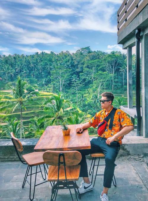 Bali là một miền đất khiến bất cứ ai từng đặt chân đến đều mang theo tâm trạng ngẩn ngơ, tiếc nuối khi rời xa. Nguyễn Đức Minh Hoàng - chàng trai sinh năm 1996, hiện sinh sống tại Hà Nội - vừa trở về từ miền đất Eat, Pray and Love này cũng là một trong số đó. Từng đặt chân tới nhiều miền đất dù còn khá trẻ nhưng chàng phượt thủ này vẫn dành nhiều tình yêu cho Bali.Chuyến đi của Hoàng dài 5 ngày 4 đêm, đi cùng gia đình.
