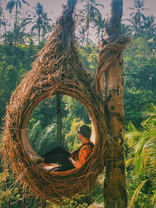 Bali là một hòn đảo có những bãi biễn trải dài thơ mộng. Ghi dấu trên đó là các di tích cung điện, đền chùa cổ độc đáo, vững chãi qua nhiều thế kỷ của người Indonesia. Nói đến Bali là nói đến những bờ biển nước xanh với hàng dừa bát ngát, là những ngôi đền đá cổ độc đáo cùng những ngọn núi lửa khổng lồ, Bali cũng là địa điểm mà đoàn làm phim đã quay bộ phim Eat, Pray, Love, Minh Hoàng giới thiệu về miến đất thơ mộng.