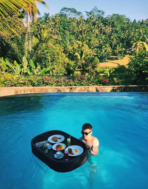 Bali là nơi lý tưởng dành cho những ai muốn tận hưởng những phút giây yên bình và thư thái. Một trong các trải nghiệm mà bạn không nên bỏ qua là thưởng thứcfloating breakfast (bữa sáng nổi).Bạn vừa bơi vừa có bữa sáng trôi bồng bềnh trên mặt nước, nhã không gì bằng. Hoàng bật mí rằng, đây làđặc sản của Bali nhưng bạn hãy nhớ đặt trc mộtngày nếu không họ sẽ chỉ phục vụ các bạn bữa sáng kiểu truyền thống.