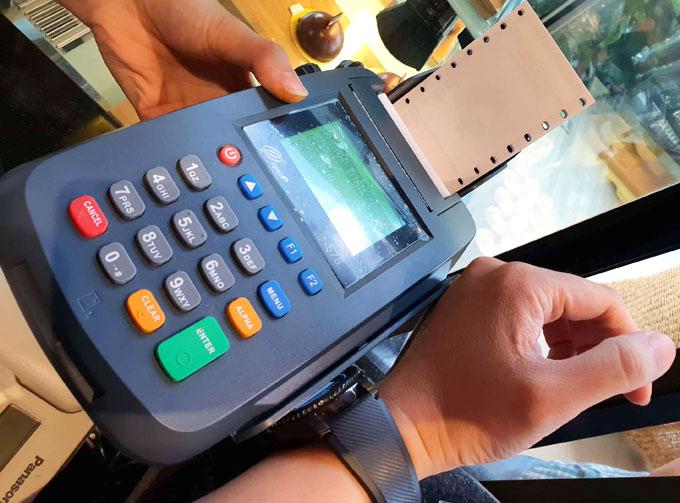 Sử dụng đồng hồ thông minh thanh toán di động tại Việt Nam - 1