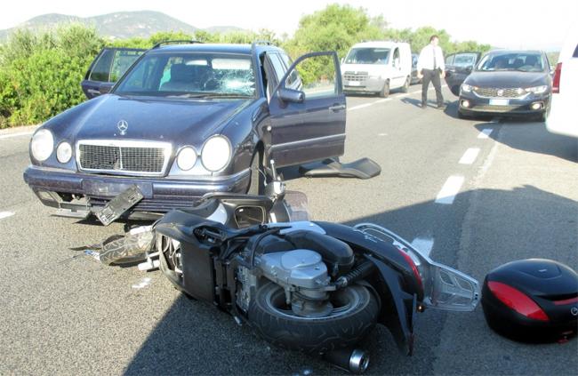 Xe tay ga của Clooney bị vỡ kính chắn gió và bẹp đầu trong khi xe hơi bị tung biển số.