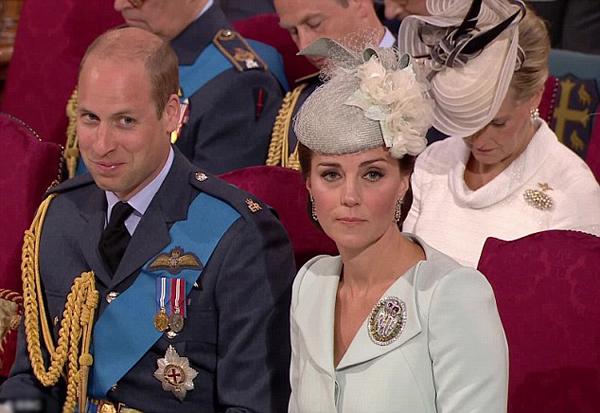 Nghe chuyện đùa, William cố nhịn cười trong khi Kate mặt lạnh te