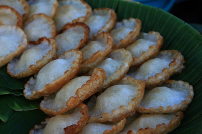 Những chiếc bánh tai yến chiên vàng là món ăn kích thích vị giác của nhiều người.