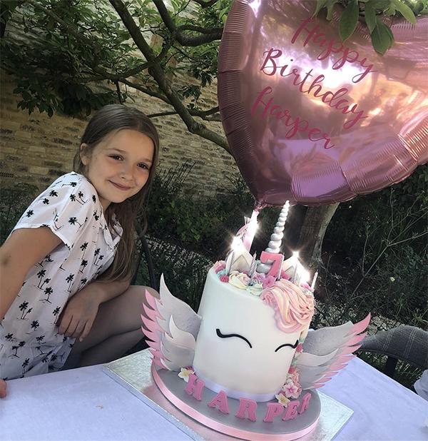Buổi chiều vợ chồng Becks tổ chức tiệc trà trong khuôn viên vườn nhà mừng sinh nhật con gái. Tiểu thư Harper được bố mẹ mua cho chiếc bánh kem xinh xắn hình kỳ lân, có gắn tên, số 7 và 7 chiếc nến.