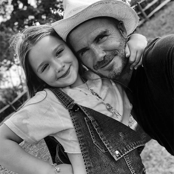 Trong khi đó, trên trang cá nhân, Becks viết:Tôi có thể nói gì về tiểu công chúa này, cô ấy hoàn hảo theo mọi hướng. Harper hôm nay tròn 7 tuổi. Chúc mừng sinh nhật con gái. Con là tình yêu lớn của các anh, mẹ và bố, một cô gái rất đặc biệt. Con luôn làm bố cười mỗi ngày.