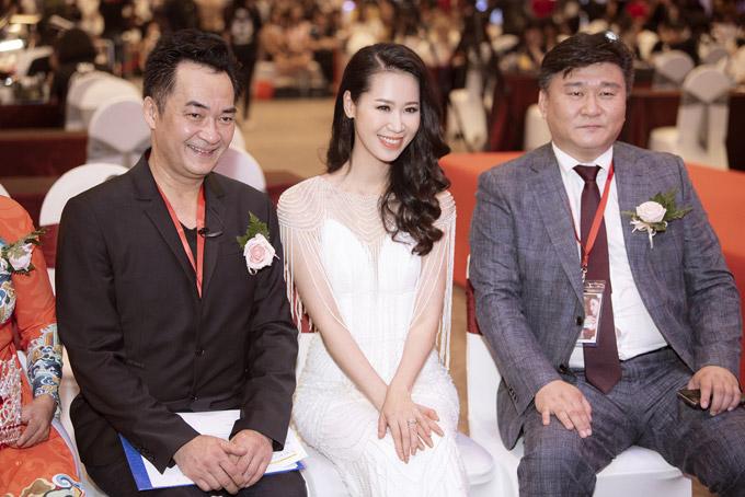 Cô vui vẻ giao lưu và chụp hình cùngcác vị khách mời quốc tế trong chương trình.