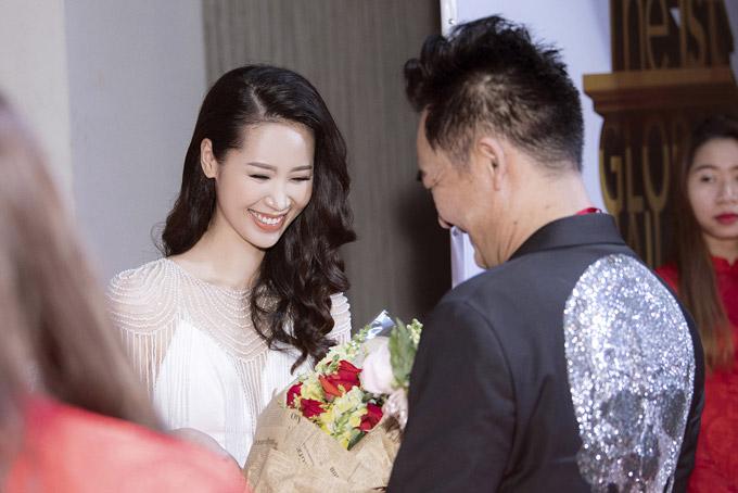 Cô chia sẻban tổ chức sự kiện đã tặng hoa và gửi lời chúc mừng trước tin côđăng quang Mrs Worldwide 2018. Họ mong cô sẽ dùng sức ảnh hưởng của mình để đóng góp nhiều hơn cho việc quảng bá hình ảnh của Việt Nam đếnbạn bè quốc tế.
