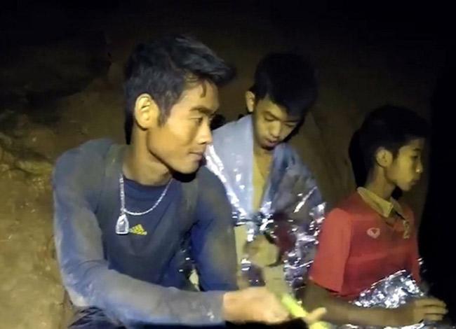 Không một người Thái nào giận dữ và đổ lỗi cho huấn luyện viên Ekaphol Chantawong khi đội bóng thiếu niên bị mắc kẹt. Ảnh: CNN.