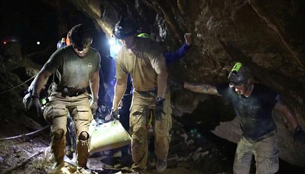 Các cậu bé ngủ trên đường được cứu ra khỏi hang Tham Luang