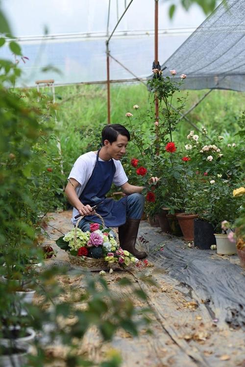 Anh Tạo tự tay chăm chút từng khóm hoa trong khu vườn.
