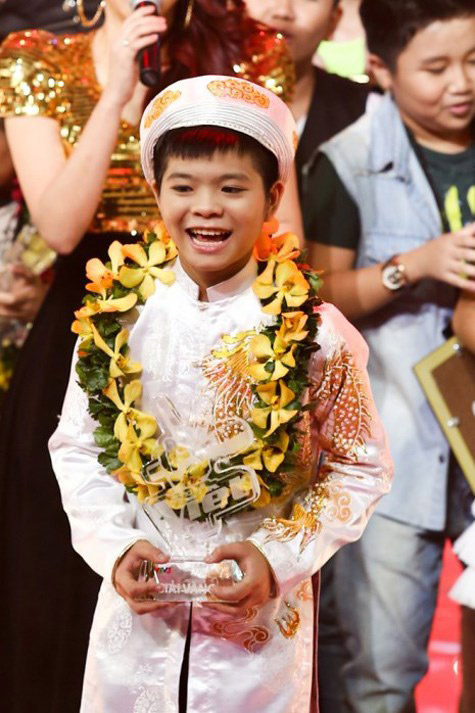 Hình ảnh Quang Anh hồn nhiên ở tuổi 12 khi đăng quang Quán quân The Voice Kids 2013. Thời điểm đó, giọng ca nhí người Thanh Hóa đã vượt qua Phương Mỹ Chi một cách thuyết phục để giành chiến thắng.