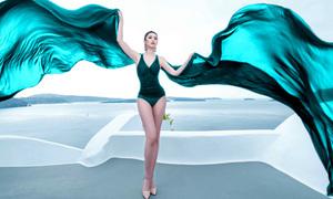 Hoa hậu Hoàn vũ Riyo Mori khoe đường cong ở Santorini