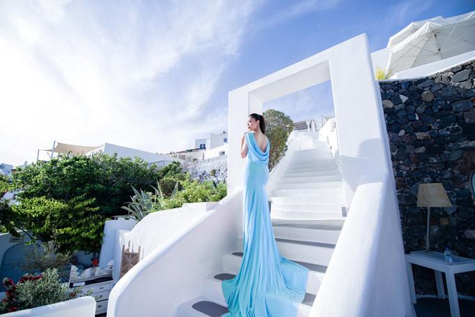 Người đẹp khéo chọn trang phục gam xanh hài hòa với cảnh vật ở Santorini.