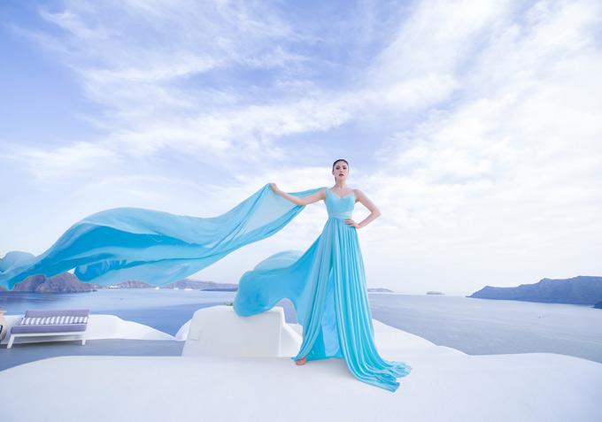Bộ ảnh do đạo diễn Long Kan, chuyên gia trang điểm Nam Trung và nhà thiết kế Lê Ngọc Lâm hỗ trợ thực hiện.