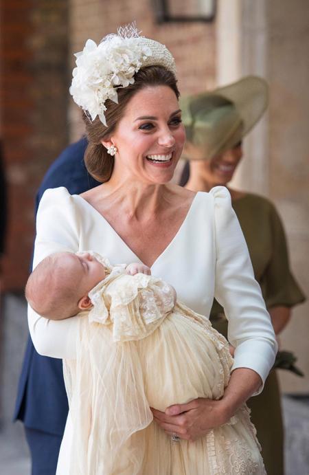 Kate được lòng người hâm mộ với bộ váy màu kem trang nhã. Ảnh: PA.