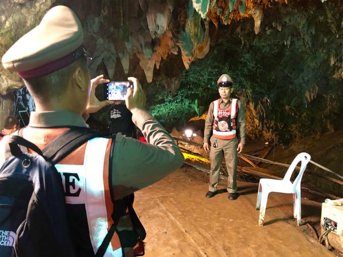 Các nhân viên cứu hộ chụp ảnh lưu niệm trong hang Tham Luang sáng nay. Ảnh: CNN.