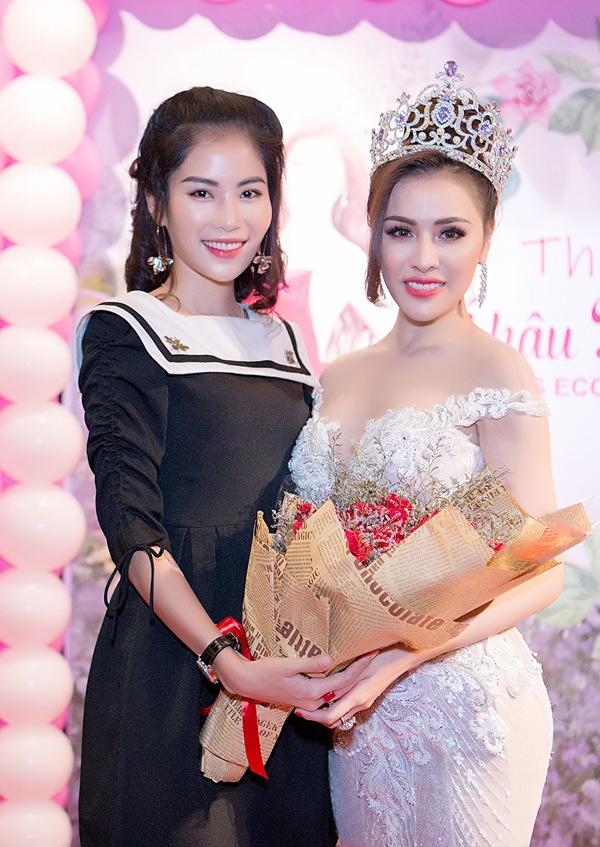 Người mẫu Nam Anh - chị gái song sinh của Nam Em chúc mừng Thư Dung đoạt ngôi Á hậu Miss Eco.