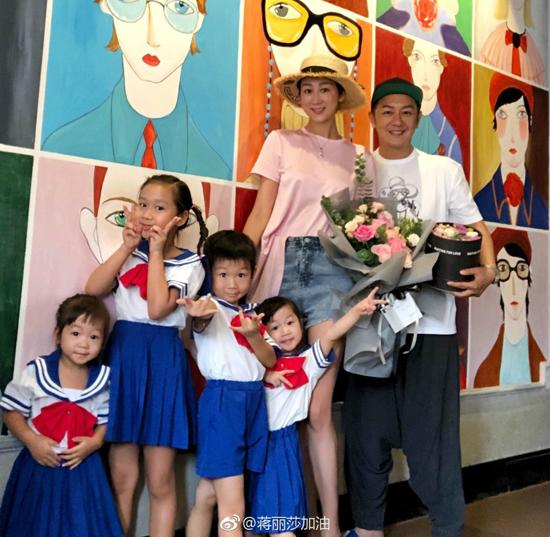 Vợ chồng Trần Hạo Dân kỷ niệm 7 năm cưới cùng đàn con trứng gà trứng vịt - 1