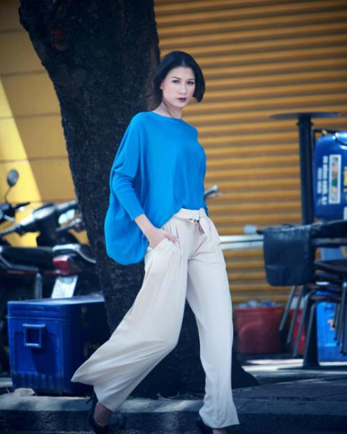 Trang Trần tạo dáng chụp ảnh cá tính trên phố. Thanh xuân không lạc lối, nữ người mẫu bình luận.