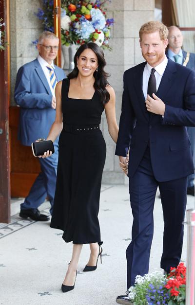 Meghan mặc đầm đen để tóc xoăn khi dự tiệc của Đại sứ Anh ở Ireland. Ảnh: PA.