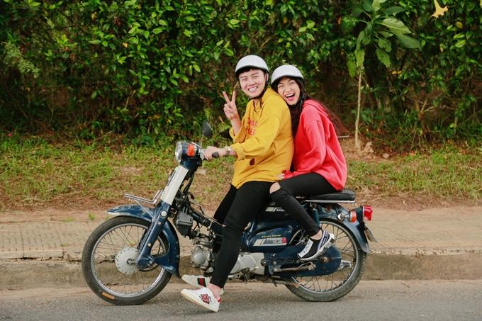 Duy Khánh ghép cặp Hòa Minzy trong tập tiếp theo của chương trình Việt Nam tươi đẹp.chọn chiếc xe máy cub mini làm người bạn đồng hành trong chuyến vui chơi tại Đà Lạt