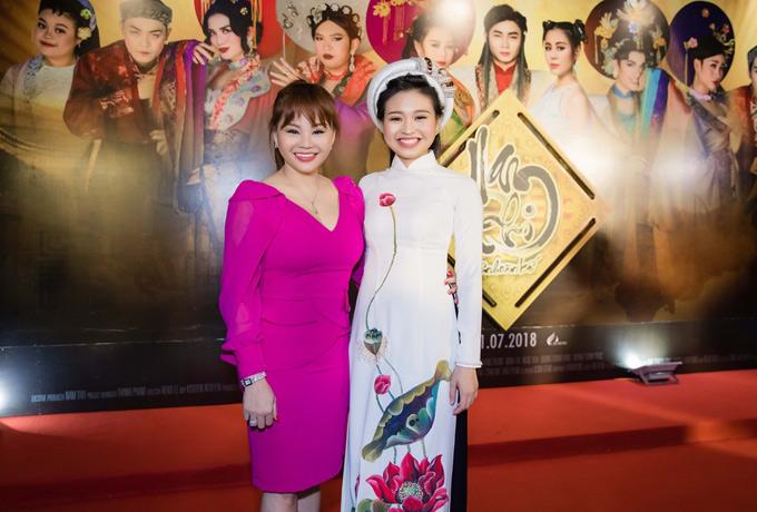 Nghệ sĩ Lê Giang và con gái Lê Lộc tới chúc mừng Nam Thư. Lê Giang được nhiều người khen trông trẻ trung hơn tuổi 46 nhiều. Hai mẹ con nhìn nhưchị em khi tạo dáng trước ống kính.