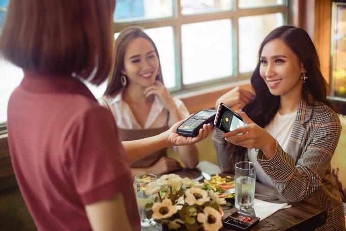 Thanh toán qua điện thoại có thể giúp người dùng tiện hơn khi mua sắm, uống cà phê...