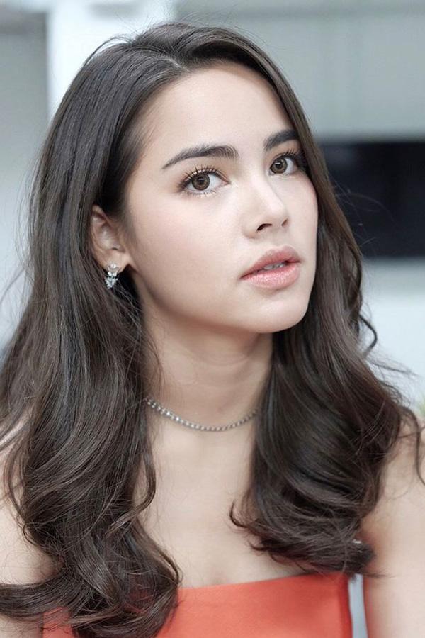 Urassaya Sperbund thường được biết đến với nghệ danh Yaya sinh ngày 18/3/1993, tại Pattaya, Thái Lan. Mang trong mình hai dòng máu Thái và Na Uy nên cô thông thạo tiếng Thái, Anh, Na Uy và biết tiếng Pháp cơ bản. Lên 15 tuổi, cô bước chân vào con đường diễn xuất nhưng không được nhiều người biết đến. Năm 2010, sau khi hợp tác cùng bạn trai hiện tại là Nadech trong bộ phim Trái tim Akkanee, Yaya trở thành cái tên hot trong làng giải trí. Với sự miệt mài, nỗ lực trau dồi diễn xuất qua từng tác phẩm, mỹ nhân nhận được nhiều giải thưởng danh giá như Nữ diễn viên xuất sắc tại Cheeze Awards 2012 và Mekala Awards 2013& Người đẹp 9Xcũng là gương mặt ăn khách của các nhãn hàng thời trang, tạp chí danh tiếng ở xứ sở chùa vàng. Mặc dù nổi tiếng và giàu có nhưng mỹ nhân luôn được khán giả yêu quý nhờ gu thời trang giản dị. Hiện tại, Yaya chưa tham gia thêm dự án truyền hình nào sau khi bộ phim Sứ mệnh và con tim của cô và bạn trai lên sóng vào tháng 6 vừa qua.