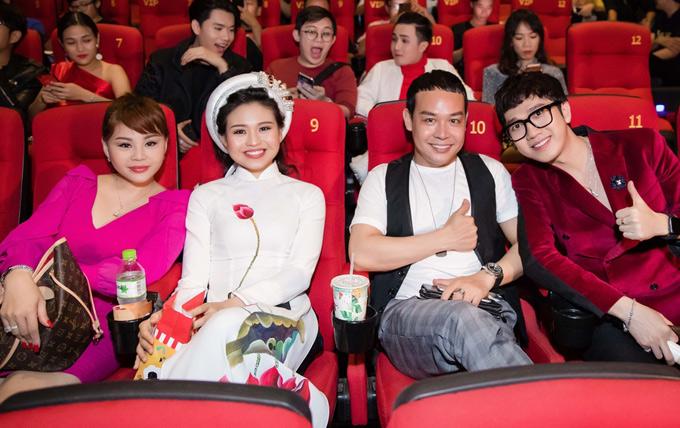 MC Minh Xù (ngoài cùng bên phải) cùng nhiều bạn bè làng hài hội ngộ mẹ con Lê Giang tại sự kiện tối 11/7.