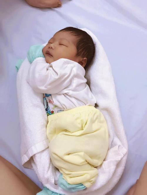 Tư thế nằm giống như khi còn ở trong bụng mẹ giúp bé ngủ ngon.