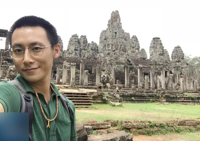 Anh còn đi du lịch ở Campuchia và Lào, tìm hiểu văn hóa hai nước Đông Dương.