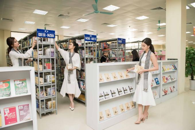Hoa hậu Đỗ Mỹ LInh (ngoài cùng, tay phải), cũng góp mặt tại hành trình ở Lào Cai. Ba cô gái đã nhận được nhiều tình cảm của người dân nơi đây khi đến thư viện tỉnh ký tặng 6.000 cuốn sách. Đặc biệt, hình ảnh các người đẹp sắp xếp lại tủ sách cho thư viện nhận được nhiều khen ngợi.