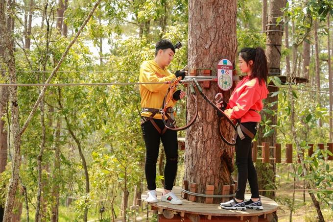 Trước đó, Duy Khánh và Hòa Minzyđược trang bị và hướng dẫn các kỹ năng bảo hộ antoàn.
