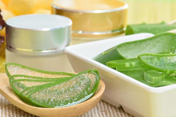 Gel lô hội Gel lô hội có rất nhiều lợi ích làm đẹp. Bạn có thể dùng để dưỡng ẩm cho da và tóc, làm dịu da cháy nắng, làm giảm mẩn đỏ hay thoa lên những vùng da bị ngứa do côn trùng đốt.