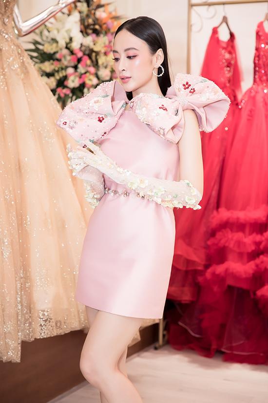 Là một ngôi sao đắt show sự kiện, chính vì thế Angela Phương Trinh không ngừng đổi mới về phong cách thời trang để tạo nên sức hấp dẫn.