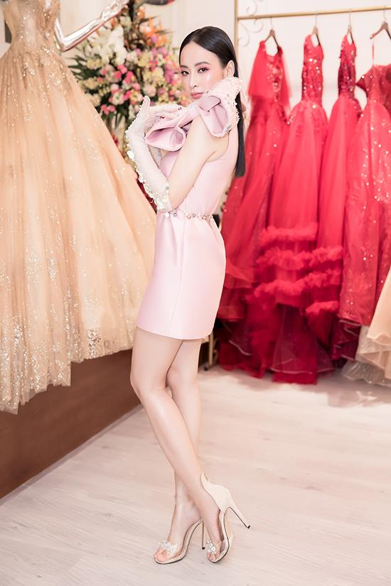 Angela Phương Trinh trẻ trung với váy hồng thạch anh trên chất liệu vải bóng được đính nơ to bản.